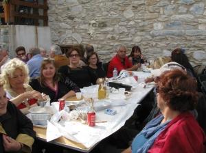 Η Πρόεδρος του Συλλόγου κα Ειρήνη Κονδύλη στο τραπέζι με μέλη του Συλλόγου