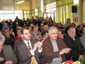 Πλήθος κόσμου παρακολουθεί την κοπή της πίτας. Διακρίνεται ο Δήμαρχος Αλίμου κος Θάνος Ορφανός και οι Αντιδήμαρχοι κκ Ανδρέας Κονδύλης και Δημήτρης Γιαννακόπουλος.