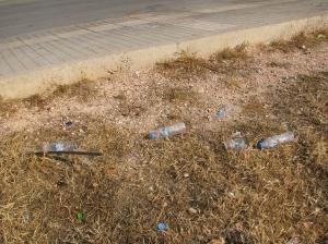 Παντού πεταμένα πλαστικά μπουκάλια
