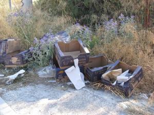 Πεταμένα χαρτοκιβώτια στη γωνία Κνωσού και Μανδηλαρά