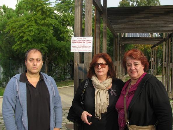 Η Πρόεδρος του Συλλόγου Αμπελακίων κ. Ε.Κονδύλη μαζί με το Γ.Γραμματέα κ. Κ.Τουρκομανώλη και το μέλος κ. Λ.Σίμου τοποθετούν ταμπέλα ενημέρωσης στην οδό Υψηλάντου